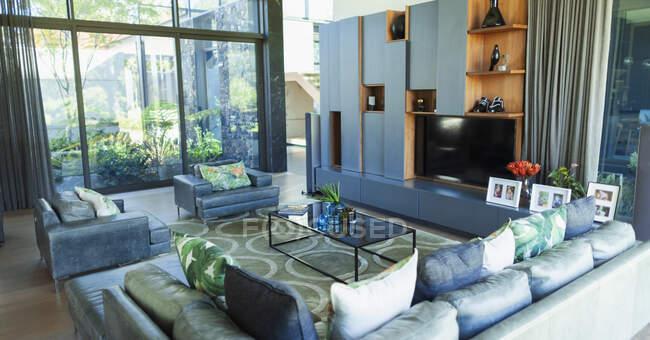 Современный роскошный витринный интерьер гостиной — стоковое фото
