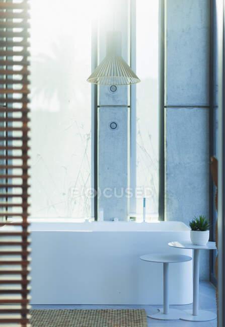 Modern, luxury home showcase interior bathroom with soaking tub — Stock Photo