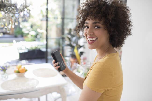 Ritratto felice giovane donna utilizzando smartphone — Foto stock