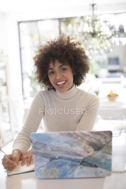 Porträt glückliche junge Freiberuflerin, die am Laptop arbeitet — Stockfoto