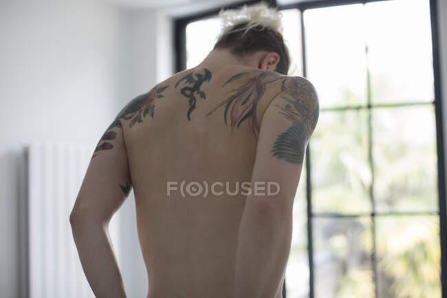 Tatuaggi sulla schiena nuda della donna sensuale — Foto stock