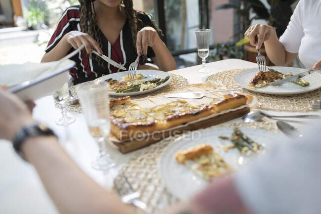 Women friends enjoying lunch at dining table — Stock Photo