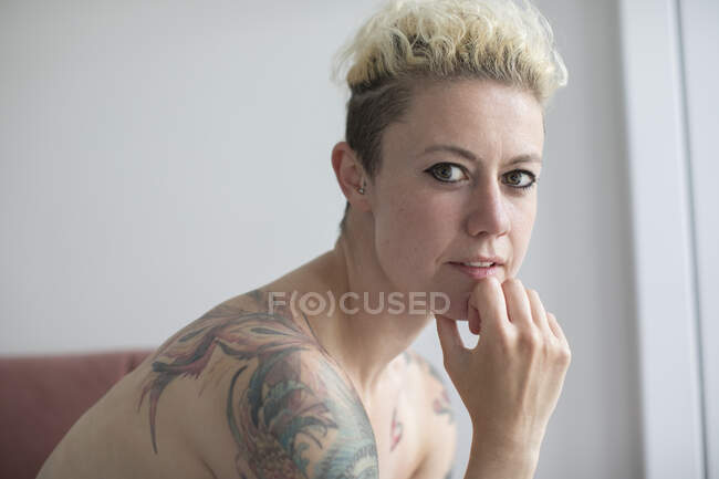 Portrait confident beautiful woman with tattoos — Stock Photo
