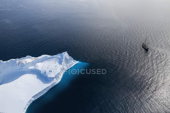 Nave che naviga oltre l'iceberg artico sulla soleggiata Groenlandia dell'Oceano Atlantico — Foto stock