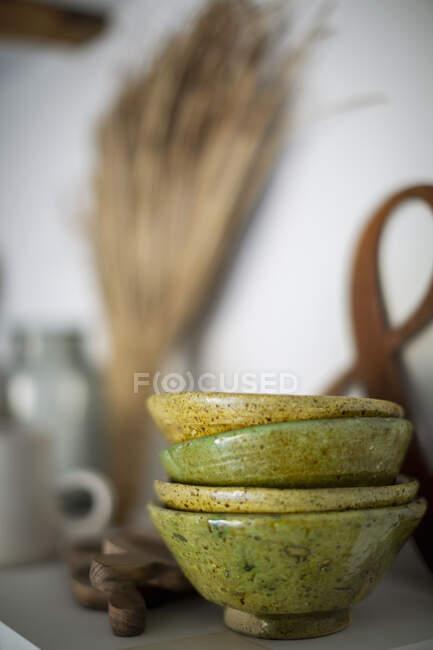 Уложили зеленые керамические миски на рукава — стоковое фото