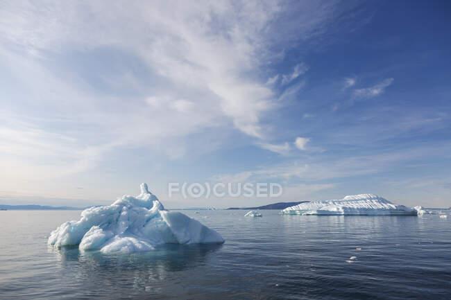 Melting polar ice on sunny blue Atlantic Ocean Greenland — Stock Photo