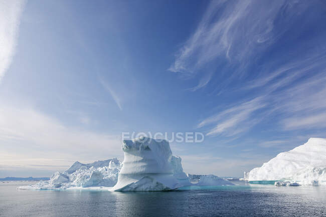 Айсберг на солнечно-голубом атлантическом океане Гренландия — стоковое фото