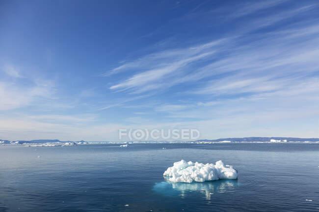 Derretendo gelo polar no azul ensolarado Oceano Atlântico Groenlândia — Fotografia de Stock