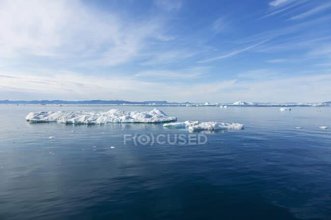 Derretendo gelo polar sobre azul ensolarado Oceano Atlântico Groenlândia — Fotografia de Stock
