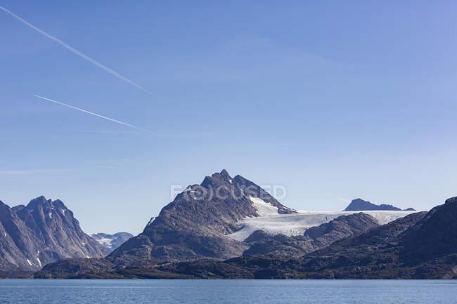 Panorama maestoso vista sulle montagne sotto il sole cielo blu Groenlandia — Foto stock