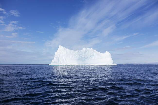 Majestosa formação de iceberg sobre azul ensolarado Oceano Atlântico Groenlândia — Fotografia de Stock