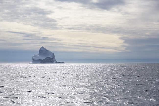 Majestosa formação de iceberg sobre o ensolarado Oceano Atlântico Groenlândia — Fotografia de Stock