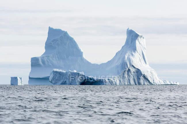 Majestosa formação de iceberg no azul ensolarado Oceano Atlântico Groenlândia — Fotografia de Stock