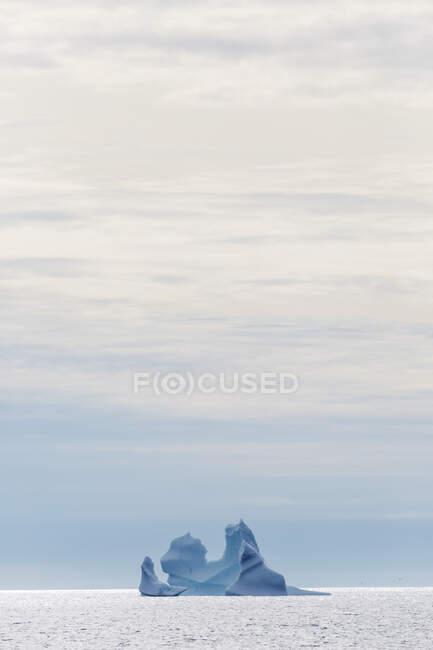 Majestosa formação de iceberg no Oceano Atlântico Groenlândia — Fotografia de Stock