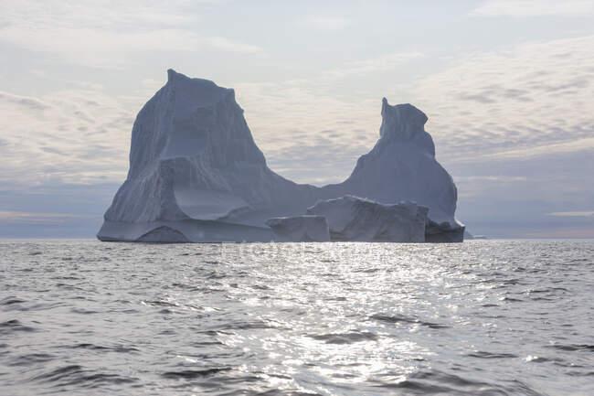 Majestosa formação de iceberg no ensolarado Oceano Atlântico idílico Groenlândia — Fotografia de Stock