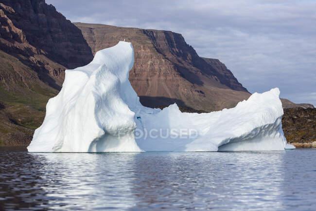 Vista das montanhas e majestosa formação iceberg Groenlândia — Fotografia de Stock