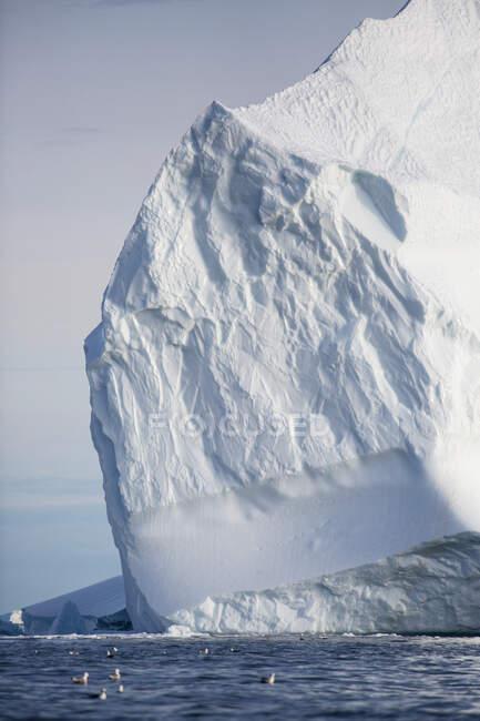 Majestosa formação de iceberg sobre o oceano ensolarado Groenlândia — Fotografia de Stock