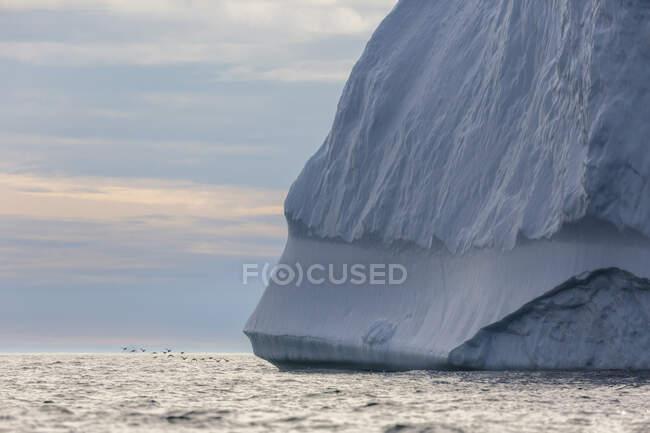 Majestosa formação de iceberg sobre o Oceano Atlântico Groenlândia — Fotografia de Stock
