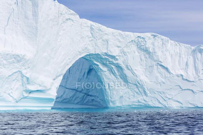 Majestoso arco de iceberg sobre o oceano azul ensolarado Groenlândia — Fotografia de Stock