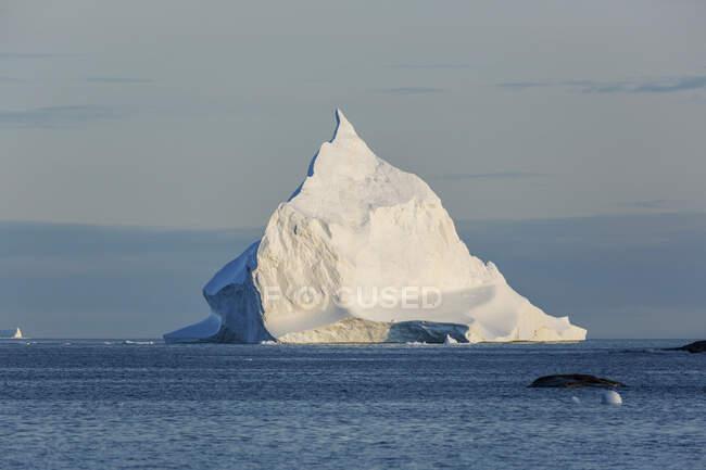 Majestosa formação de iceberg no ensolarado Oceano Atlântico Groenlândia — Fotografia de Stock