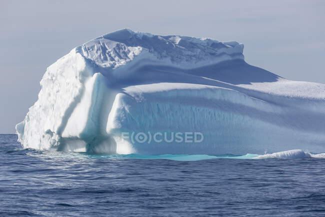 Величественный айсберг над солнечно-голубым Атлантическим океаном — стоковое фото