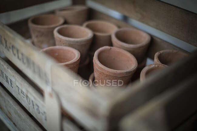 Feche os vasos de barro rústico em engradado — Fotografia de Stock