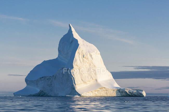 Majestosa formação de iceberg no ensolarado e tranquilo Oceano Atlântico Groenlândia — Fotografia de Stock