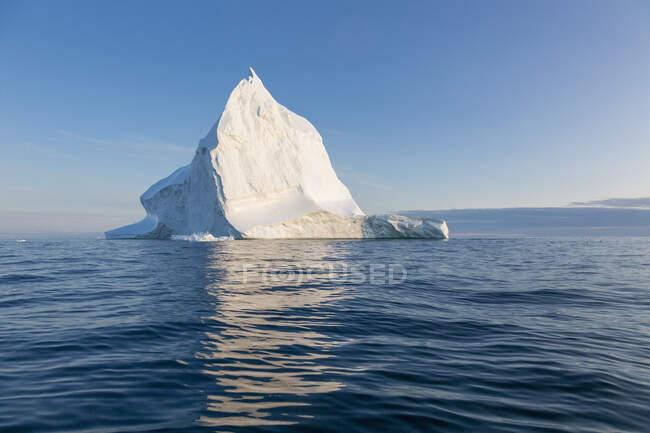 Majestoso iceberg em azul tranquilo ensolarado Oceano Atlântico Groenlândia — Fotografia de Stock