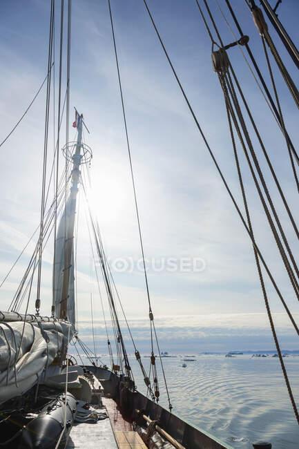 Корабль, плывущий по солнечному Атлантическому океану — стоковое фото