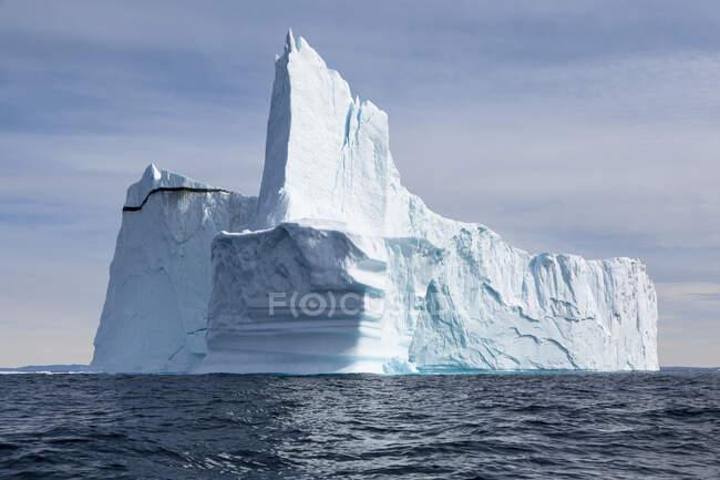 Majestoso iceberg imponente no azul ensolarado Oceano Atlântico Groenlândia — Fotografia de Stock