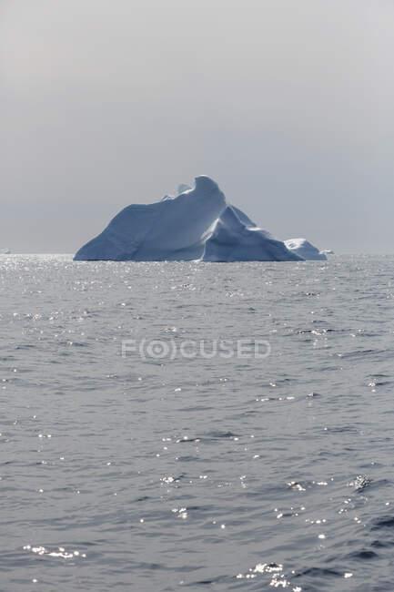 Айсберг над солнечным Атлантическим океаном Гренландия — стоковое фото