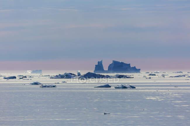 Derreter icebergs sobre o tranquilo Oceano Atlântico Groenlândia — Fotografia de Stock