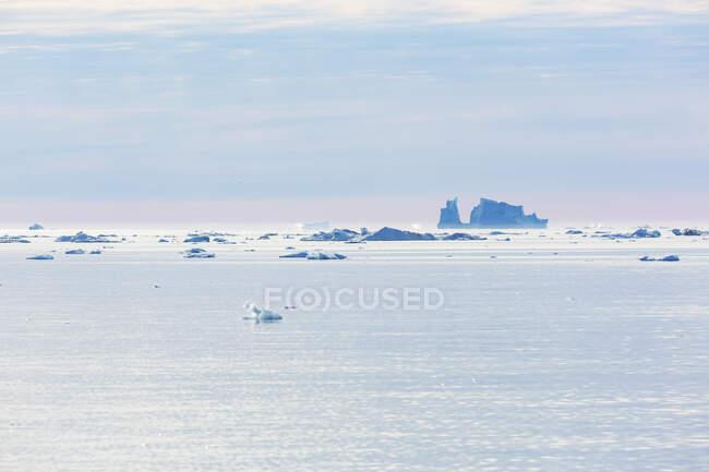 Derreter icebergs no vasto e tranquilo Oceano Atlântico Gronelândia — Fotografia de Stock