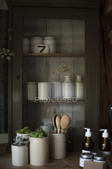 Керамические кружки и вазы на выставке — стоковое фото
