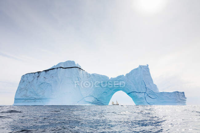 Majestoso arco de iceberg no azul ensolarado Oceano Atlântico Groenlândia — Fotografia de Stock
