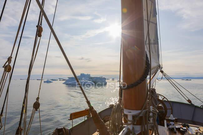 Nave che naviga verso gli iceberg sulla tranquilla Groenlandia soleggiata dell'Oceano Atlantico — Foto stock