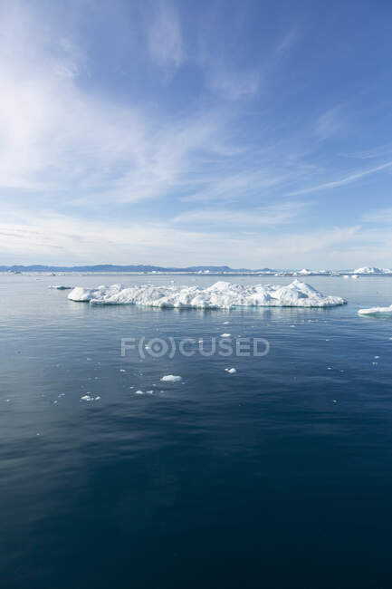 Polar ice melting on sunny blue Atlantic Ocean Greenland — Stock Photo