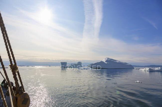 Icebergs derretendo no ensolarado Oceano Atlântico Groenlândia — Fotografia de Stock