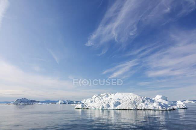 Icebergs em azul ensolarado Oceano Atlântico Groenlândia — Fotografia de Stock