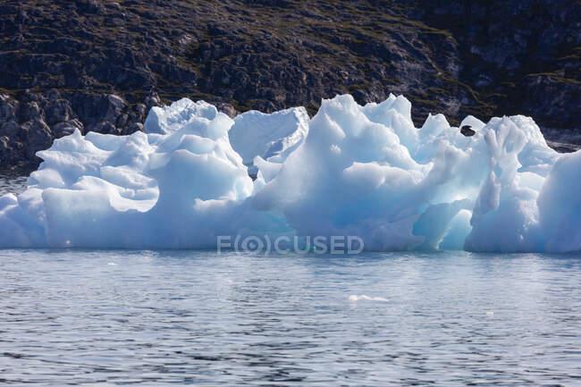 Derretendo gelo polar no ensolarado Oceano Atlântico Groenlândia — Fotografia de Stock
