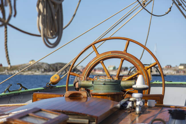 Wooden sailboat helm steering wheel — Stock Photo
