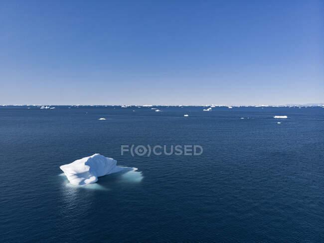 Gelo polar derretendo no ensolarado Oceano Atlântico Gronelândia — Fotografia de Stock