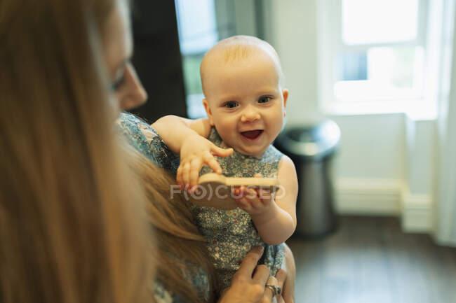 Porträt süßes Baby Mädchen in den Armen der Mutter — Stockfoto
