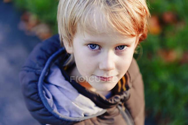 Портрет уверенного мальчика с голубыми глазами и волосами — стоковое фото