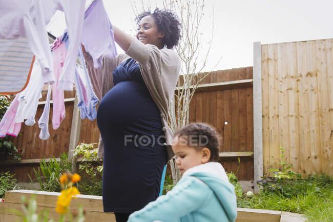 Беременная женщина с дочерью повесилась на бельевой веревке — стоковое фото