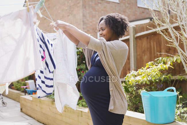 Беременная женщина повесилась на бельевой веревке — стоковое фото