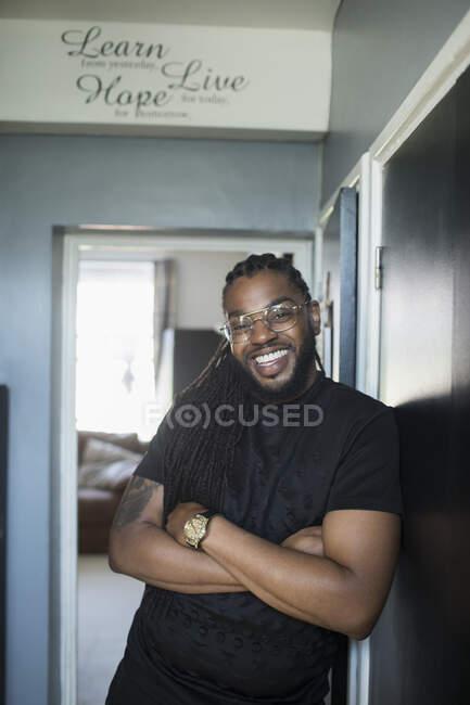 Porträt glücklicher selbstbewusster Mann im Flur — Stockfoto