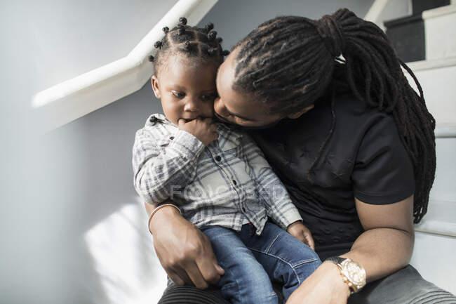 Растроганный отец целует маленького сына — стоковое фото