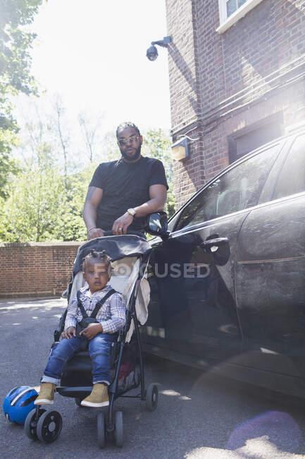 Впевнений у портреті батько і син коляски. — стокове фото