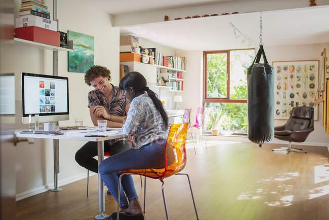 Glückliches junges Paar arbeitet im Homeoffice — Stockfoto